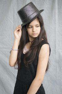 Portrait de jeune femme avec un chapeau - Exposition Sur les pas de - Association Terre Images
